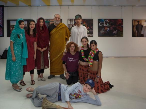 Actores y bailarinas de El Sueño de Tagore. Con ellos, la profesora María Jesús Luque. Foto:  Vicente López Tofiño.