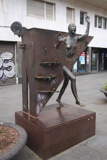 Estatua de Colometa en La Plaça del Diamant de Barcelona