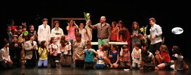 Con José Corbacho y los chicos y chicas que representaron mis obras.