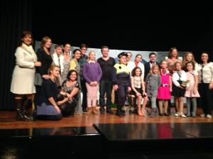 Los actores y las delegadas culturales de la Falla Avinguda, después de la representación de PIGS