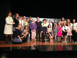 Els actors i les delegades culturals de la Falla Avinguda, després de la funció de PIGS