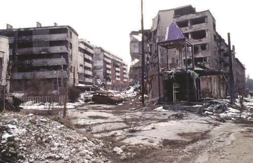 La ciudad de Sarajevo, capital de Bosnia,  bombardeada durante la Guerra de los Balcanes