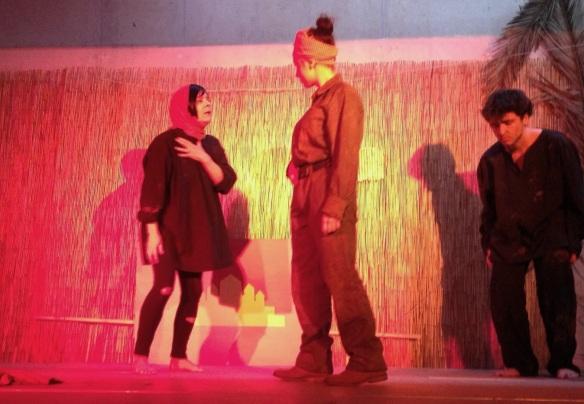 Momento de la representación de La maestra de Phnom Penh, con María Jesús Luque en escena.