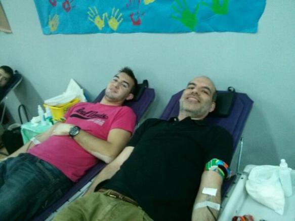 Campaña de donación de sangre. En la imagen, el profesor Juan de Vicente Abad y un alumno del IES Miguel Catalán