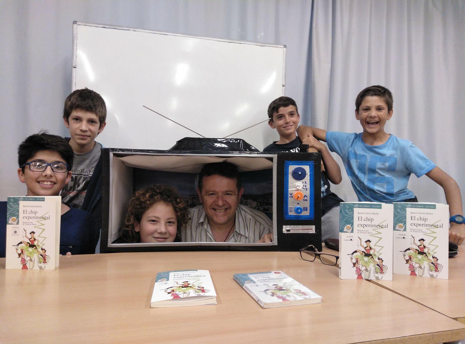 Alumnos del IES Vinyet de Sitges. En el interior de la televisión, a mi lado, Xavi Molina, el alumno que la ha construido para poder representar la obra en clase.