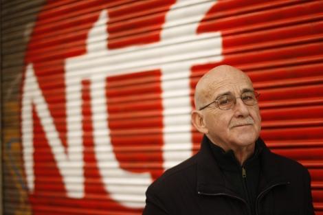 Sanchis Sinisterre ante la sede del Nuevo Teatro Fronterizo en Madrid
